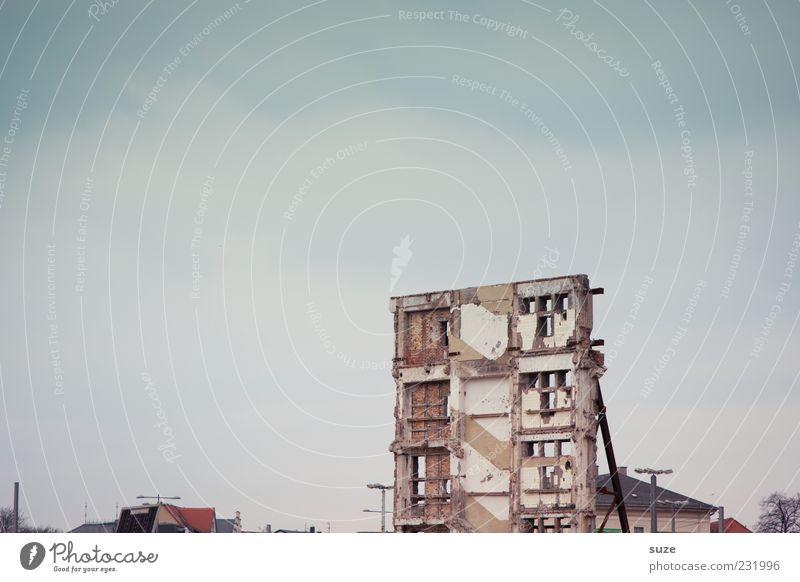 Fassade Himmel Stadt Wolken Umwelt Fenster Wand Mauer Stein Fassade stehen kaputt einzeln Wandel & Veränderung Baustelle Vergänglichkeit historisch
