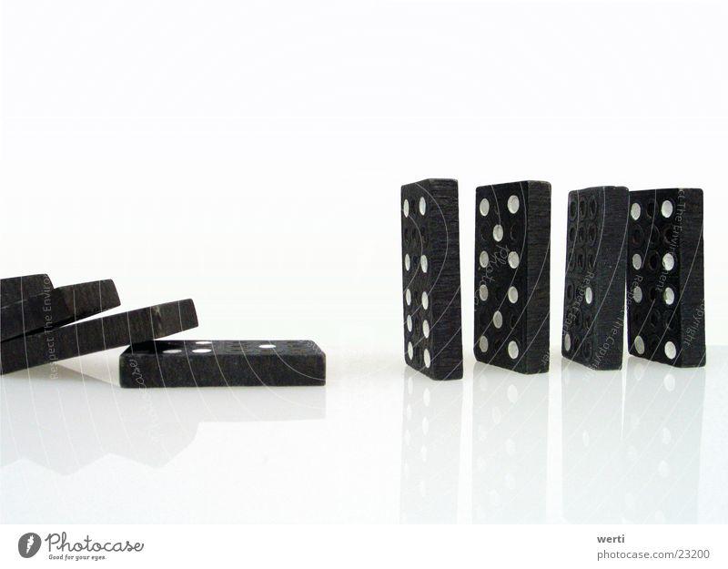 Domino Auge Spielen leer Dinge fallen Reihe chaotisch vertikal Zerstörung Lücke einrichten umfallen Richtung Dominosteine Gesellschaftsspiele