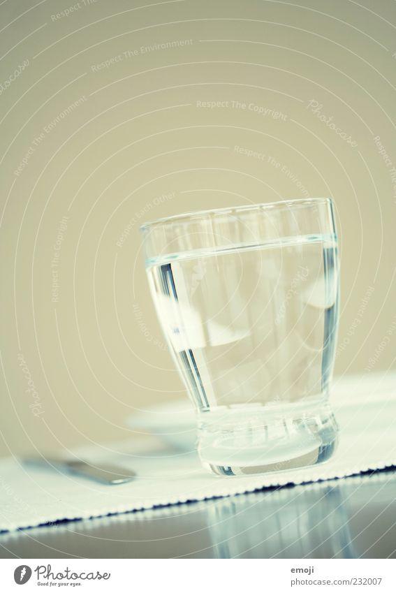 Wasserglas Getränk Erfrischungsgetränk Trinkwasser Geschirr Glas hell blau Cross Processing Gedeckte Farben Innenaufnahme Textfreiraum oben Hintergrund neutral