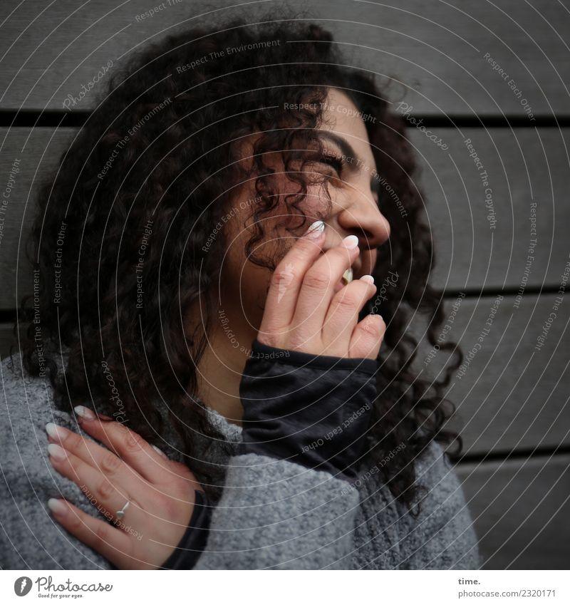 . Frau Mensch schön Erholung dunkel Erwachsene Leben Wand lustig feminin lachen Mauer Stimmung Kommunizieren authentisch Lächeln
