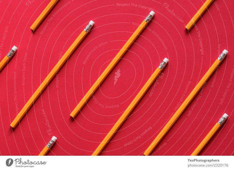 Gelber Holzstift auf rotem Hintergrund Design Erholung Freizeit & Hobby Büro Handwerk Kindheit Kunst zeichnen lustig Inspiration Kreativität Ordnung Symmetrie