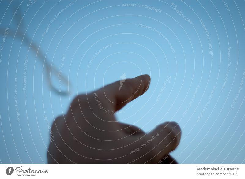 up and away Himmel blau Hand Leben Freiheit oben fliegen träumen Luft frei beobachten Finger Schnur Unendlichkeit Zeichen festhalten