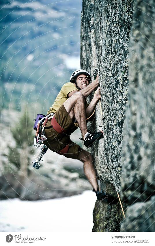 Kletterer, der sich an eine Klippe klammert. Abenteuer Berge u. Gebirge Sport Klettern Bergsteigen Erfolg Seil Mann Erwachsene 1 Mensch 18-30 Jahre Jugendliche