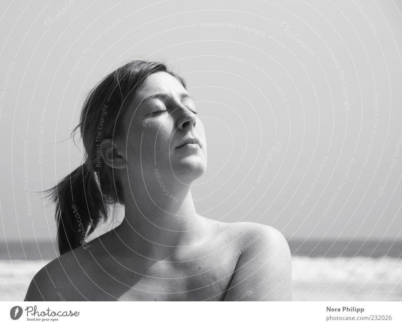 Sonnenbad Frau Mensch Jugendliche schön Sonne Ferien & Urlaub & Reisen Meer Strand Gesicht Erwachsene Erholung feminin Kopf Haare & Frisuren blond Haut