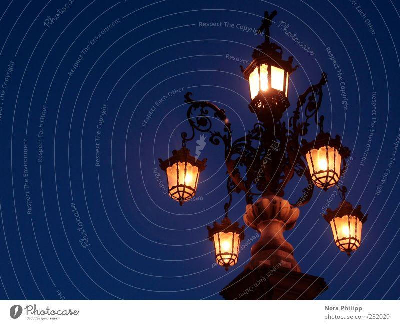 Laterne in Sevilla Himmel Nachthimmel Europa leuchten hell blau gelb ästhetisch Metallwaren Außenaufnahme Kunstlicht Licht Lichterscheinung Langzeitbelichtung