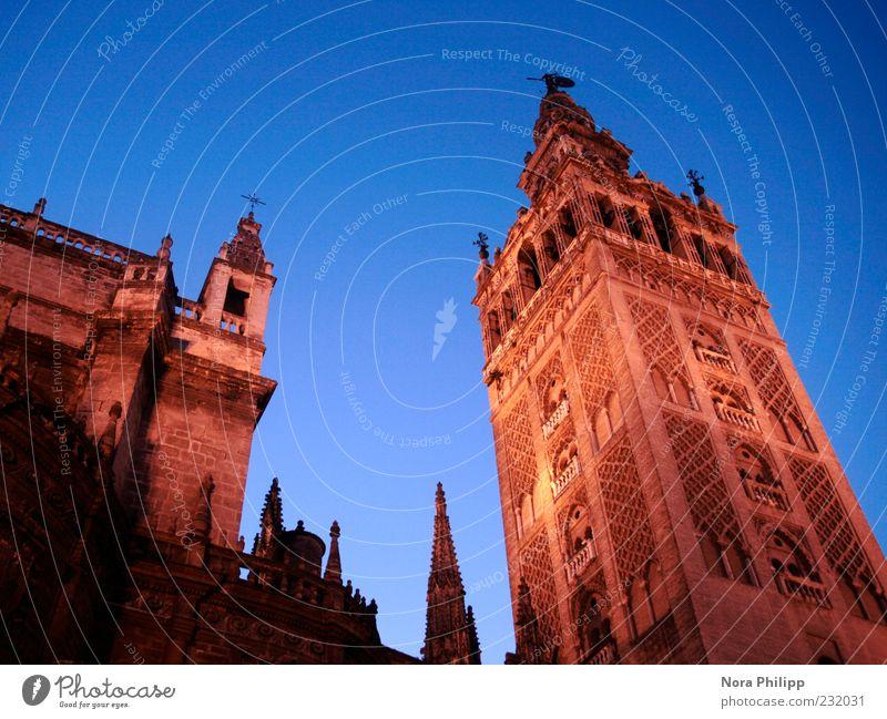 Meisterwerk in Sevilla Himmel Stadt Ferien & Urlaub & Reisen Architektur Gebäude Religion & Glaube ästhetisch Tourismus Europa leuchten Kirche Turm Kultur