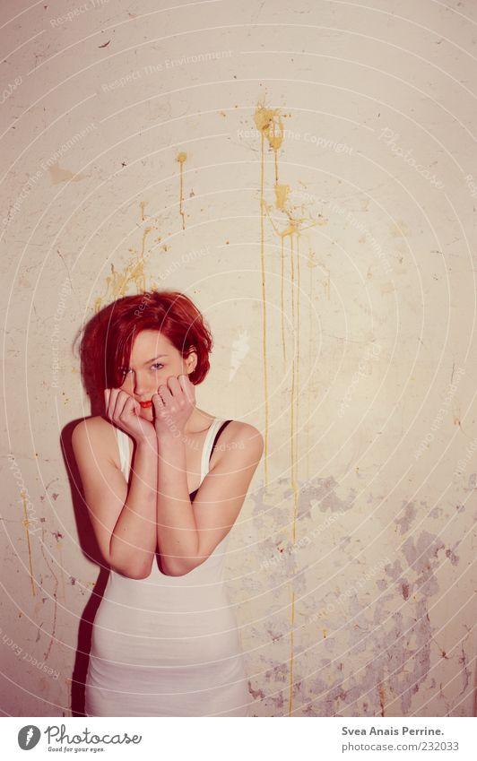 nicht anzusehender trash Mensch Jugendliche schön rot Erwachsene feminin Wand Haare & Frisuren Mauer dreckig Fassade stehen Lifestyle 18-30 Jahre Körperhaltung