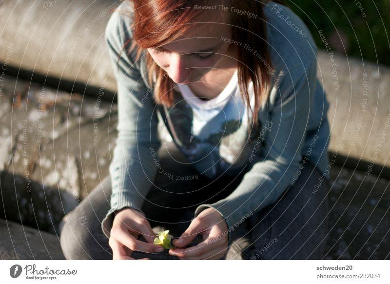 nachdenklich Wohlgefühl Zufriedenheit Erholung ruhig Kindererziehung Mensch feminin Junge Frau Jugendliche Kindheit 1 Umwelt Natur Pflanze Frühling Sommer