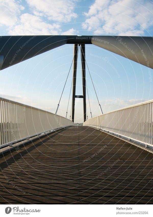 ...und wieder auf den Beinen Himmel Wege & Pfade Perspektive Brücke Geländer Träger