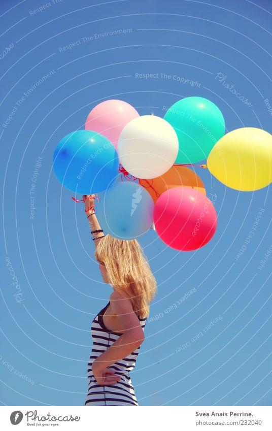 tanzt eine revolution. Lifestyle Junge Frau Jugendliche Haare & Frisuren 1 Mensch 18-30 Jahre Erwachsene Wolkenloser Himmel Top blond langhaarig Luftballon