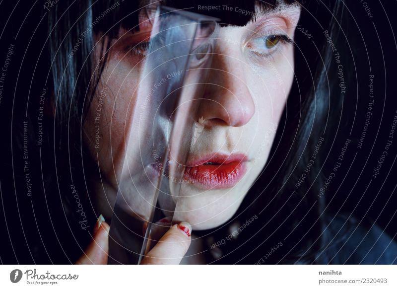 Abstraktes Porträt einer Frau, die ein Prisma hält. elegant Design exotisch Haut Gesicht Mensch feminin Junge Frau Jugendliche 1 18-30 Jahre Erwachsene Kunst