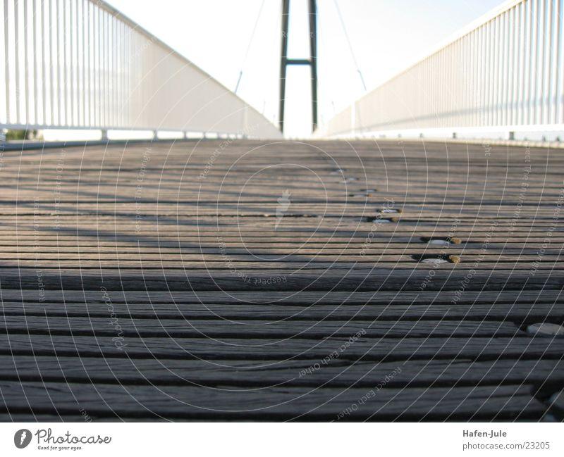 Knie nieder… Holz Metall Brücke Düsseldorf Übergang Schiffsplanken Fußgängerübergang
