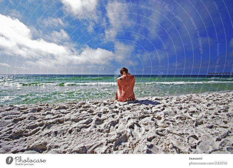 Mensch Jugendliche Wasser Himmel Sonne Meer grün blau Sommer Strand Ferien & Urlaub & Reisen Wolken Erholung feminin Freiheit träumen