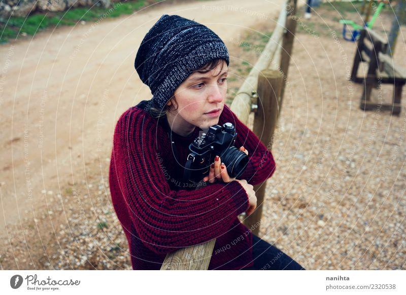 Teenager allein in einem Park mit ihrer Kamera Lifestyle Stil Design Freizeit & Hobby Ferien & Urlaub & Reisen Tourismus Ferne Mensch feminin androgyn