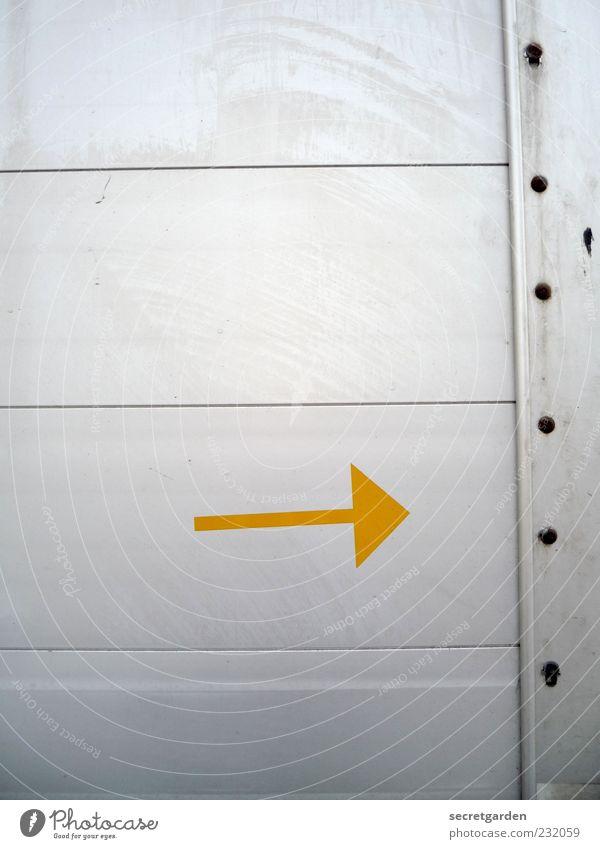 richtungswechsel. gelb Wand grau Mauer Metall Linie Schilder & Markierungen Beginn Wandel & Veränderung Ziel Zeichen Pfeil Lastwagen Richtung rechts Niete