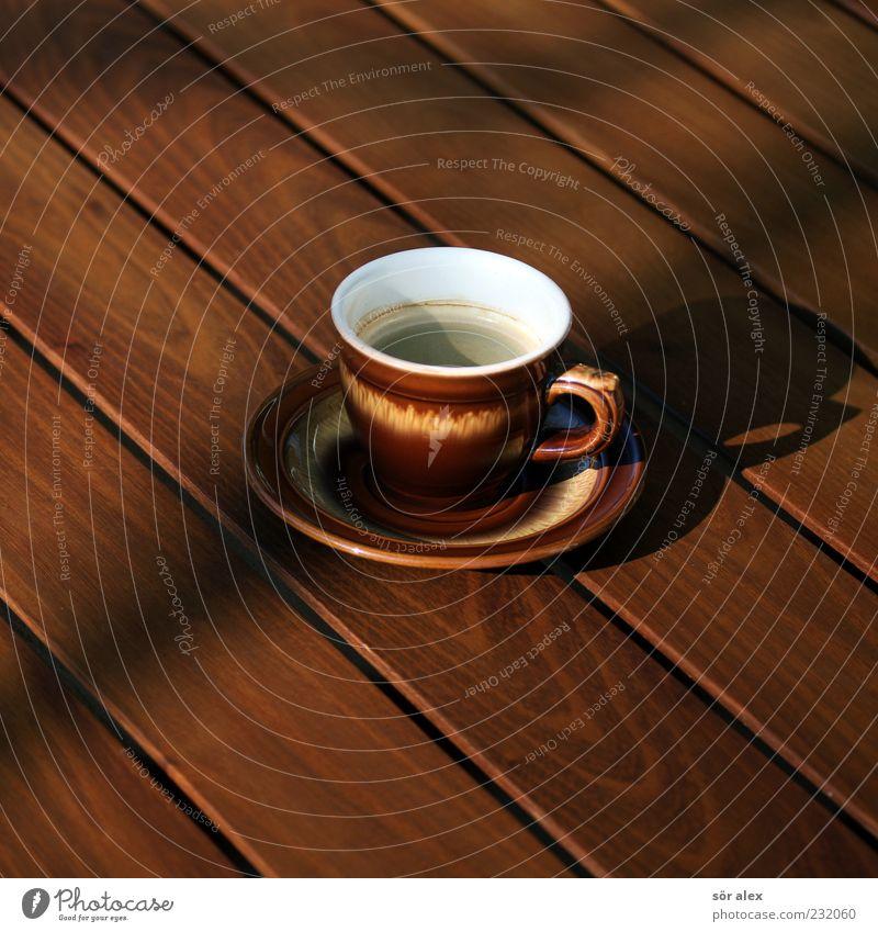 Terrassenkaffee Getränk Heißgetränk Kaffee Geschirr Tasse Kaffeetasse Untertasse Tisch Holz braun Kaffeepause Farbfoto Außenaufnahme Menschenleer