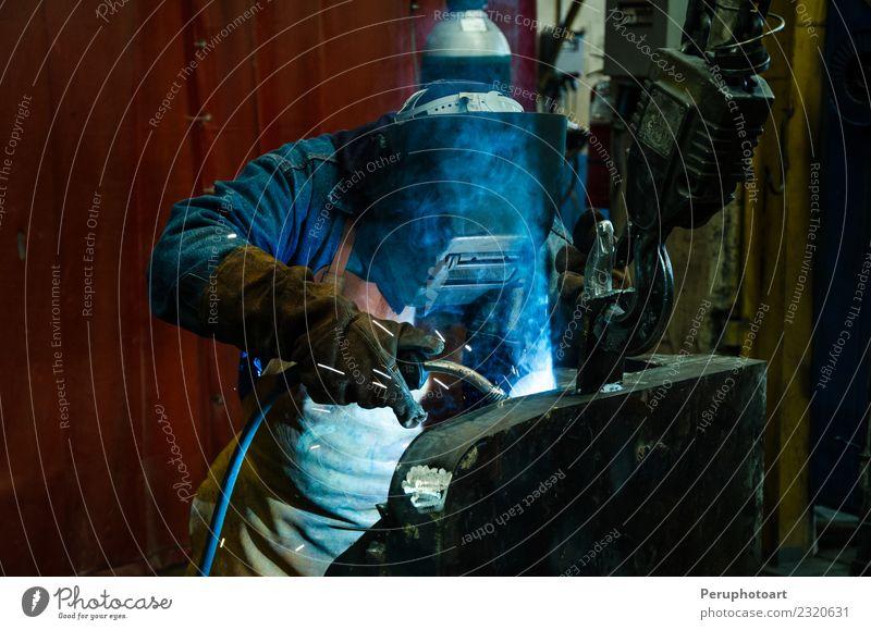 Mann Erwachsene Arbeit & Erwerbstätigkeit Metall Industrie Schutz Sicherheit Beruf Fabrik Stahl Arbeitsplatz Werkzeug bauen Mitarbeiter Produktion industriell