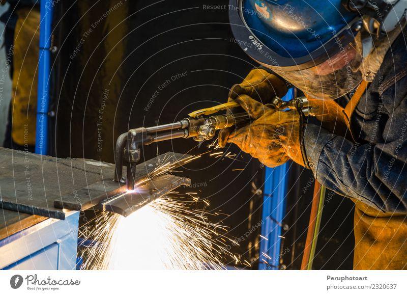 Mann schneidet Eisen Arbeit & Erwerbstätigkeit Fabrik Industrie Business Werkzeug Technik & Technologie Mensch Erwachsene Hand Gebäude Metall Stahl Sicherheit