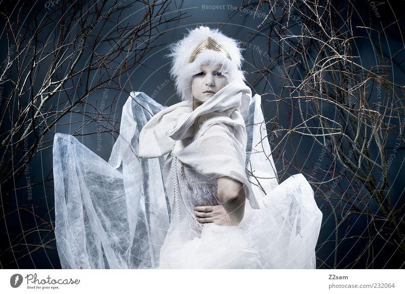princess III elegant Stil feminin Junge Frau Jugendliche 18-30 Jahre Erwachsene Umwelt Natur Sträucher Mode Kleid Accessoire Mütze hocken sitzen träumen dunkel