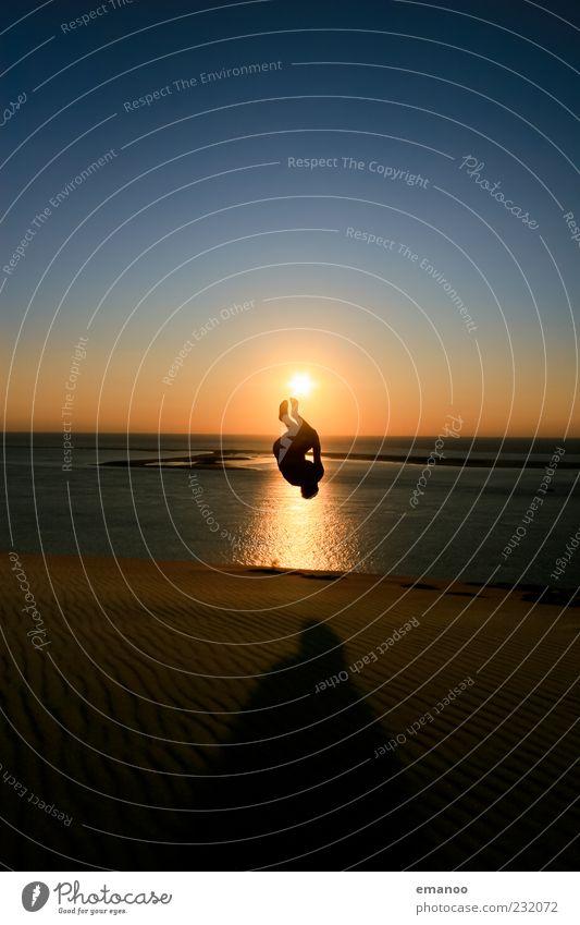 Selbst Salto Mensch Himmel Jugendliche Sonne Ferien & Urlaub & Reisen Sommer Meer Strand Freude Erwachsene Freiheit springen Luft Horizont Körper Kraft