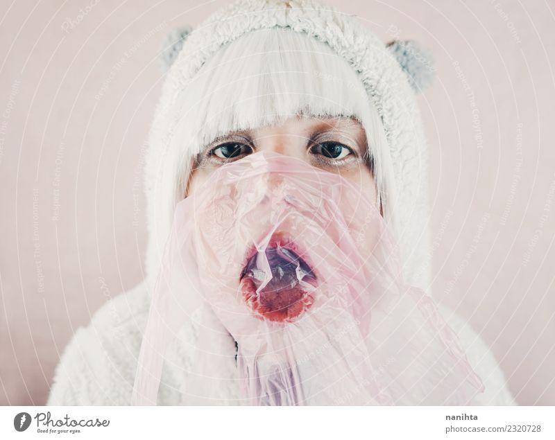 Junge süße Frau beim Essen von Kaugummi Lebensmittel Süßwaren Kaugummiblase Lifestyle Stil Design exotisch Haut Gesicht Wellness Sinnesorgane Mensch feminin