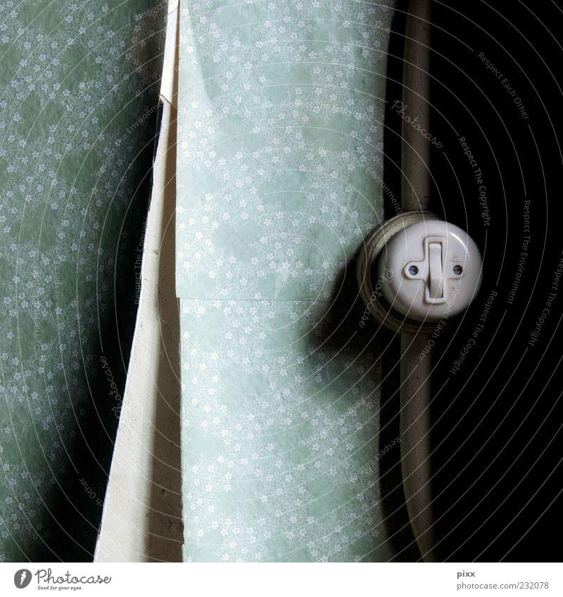 LeutchmittelBedienElement Papier alt blau weiß Tapetenmuster Wand Licht Schalter Quadrat Kabel Blümchentapete türkis mint rund Öffnung losgelöst Detailaufnahme