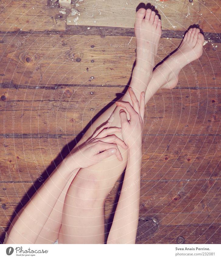 zarter trash. Lifestyle feminin Junge Frau Jugendliche Erwachsene Haut Arme Hand Beine Fuß 1 Mensch 18-30 Jahre Holzfußboden sitzen einzigartig dünn Barfuß