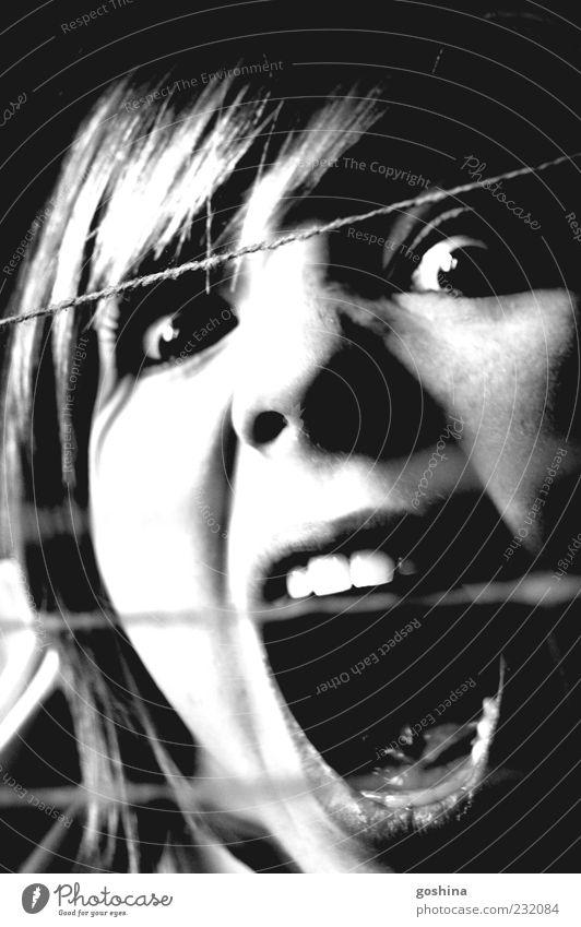 Kleine Portion Wahnsinn Mensch Jugendliche Gesicht feminin dunkel Gefühle Kopf Linie Angst außergewöhnlich Kommunizieren Zähne Schnur Wut schreien Konflikt & Streit