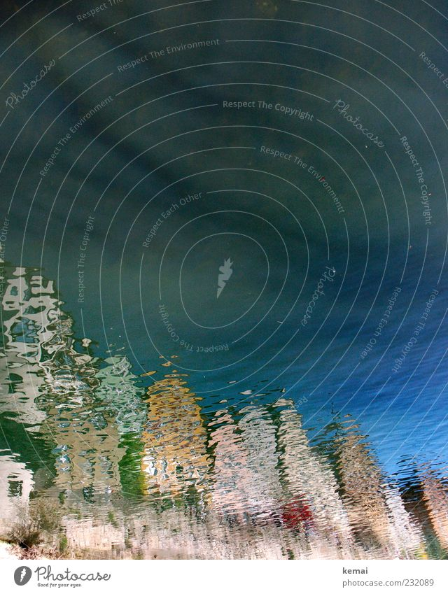 Häuserfronten blau Wasser Stadt Haus Landschaft Wellen Fassade nass Fluss Schönes Wetter Flussufer Wasseroberfläche Altstadt Einfamilienhaus Kleinstadt