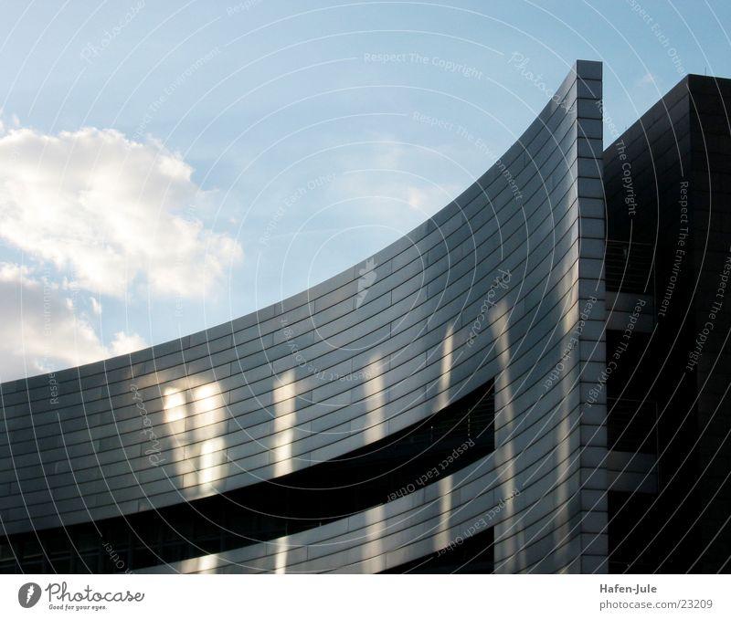 Schauspiel am Himmel Haus Wolken Metall Architektur rund quer