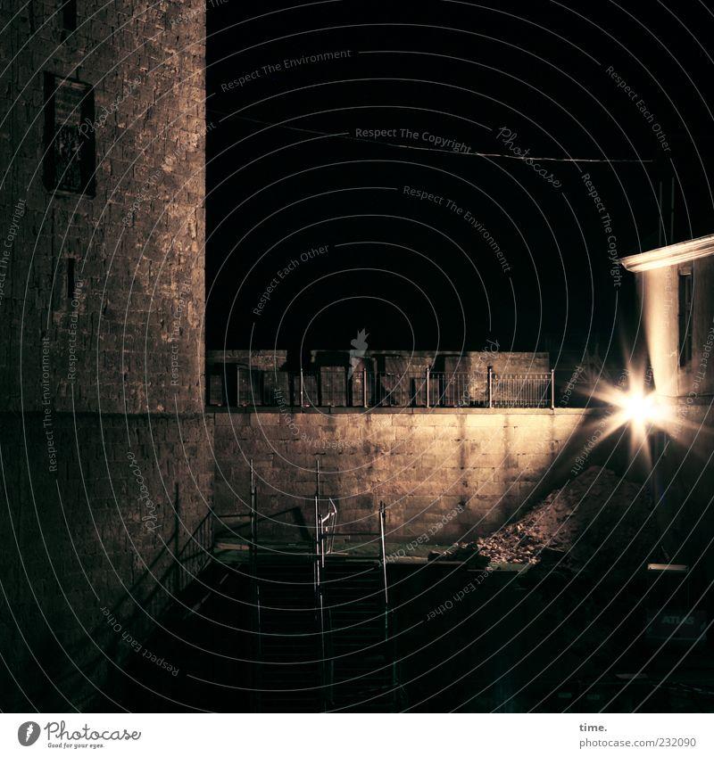 Nachtbaustelle Mauer Turm Baustelle Licht Baugerüst Treppe Leiter Sandstein Geländer Treppengeländer Beleuchtung dunkel Schatten Lampe Wand Inspiration Stimmung
