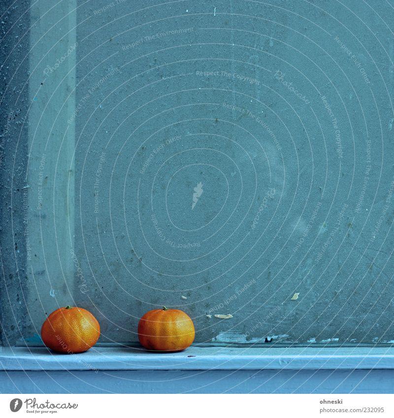 Zweisam Lebensmittel Frucht Orange Mandarine Haus Gebäude Mauer Wand Fenster Glas blau Appetit & Hunger Vitamin Farbfoto Außenaufnahme Textfreiraum oben