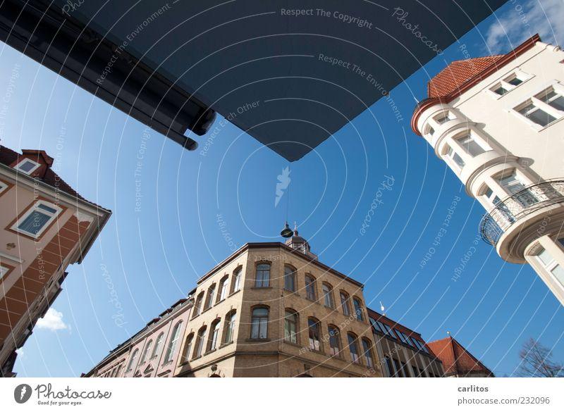 Göttinger Ecken I Wolkenloser Himmel Schönes Wetter Stadtzentrum Altstadt Haus Mauer Wand Fassade Fenster alt ästhetisch historisch blau rot weiß Dach