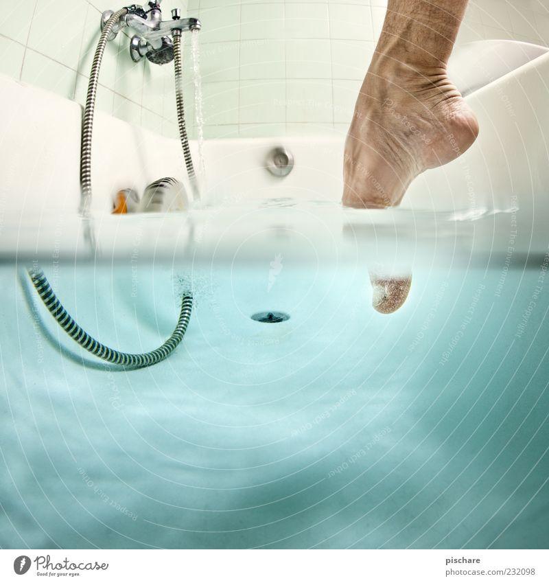Badespass Körperpflege Fuß Wasser Schwimmen & Baden nass blau Vorfreude Badewanne Zehen Fliesen u. Kacheln Farbfoto Innenaufnahme Unterwasseraufnahme