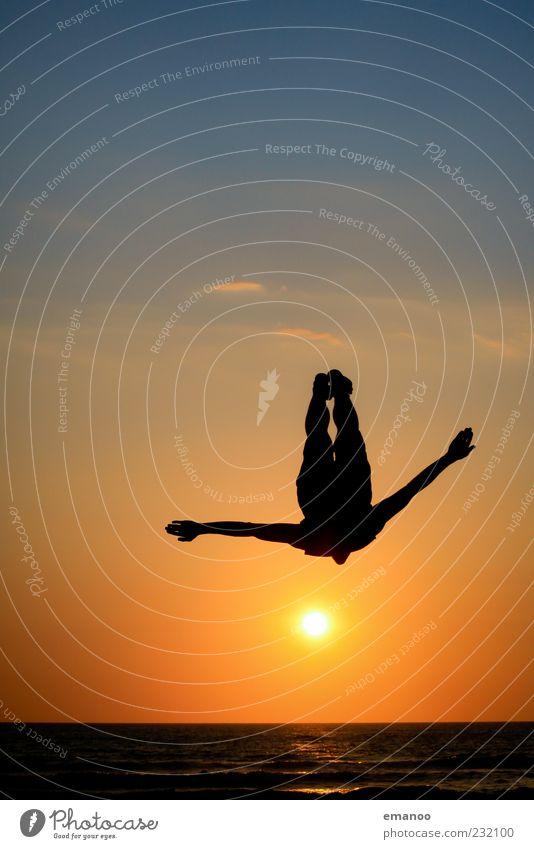 sunset flyer Mensch Himmel Natur Jugendliche Sonne Ferien & Urlaub & Reisen Sommer Meer Strand Freude Leben Sport Freiheit springen Küste Stil