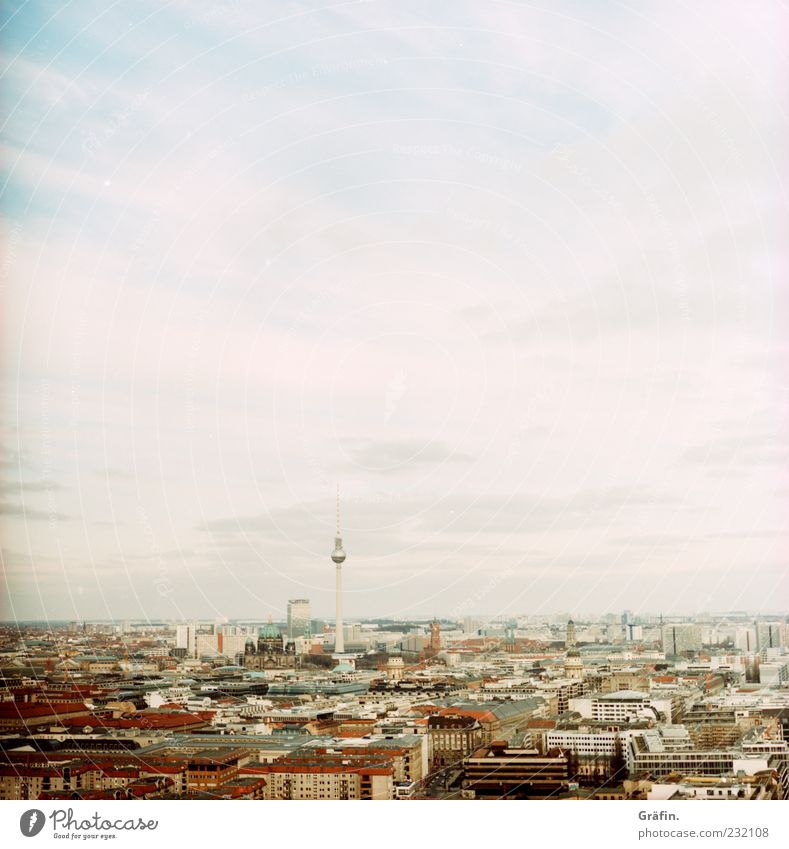 Der Blick zum Horizont Himmel weiß Stadt Haus Ferne Berlin grau Tourismus Unendlichkeit Skyline Aussicht Stadtzentrum Hauptstadt Berliner Fernsehturm