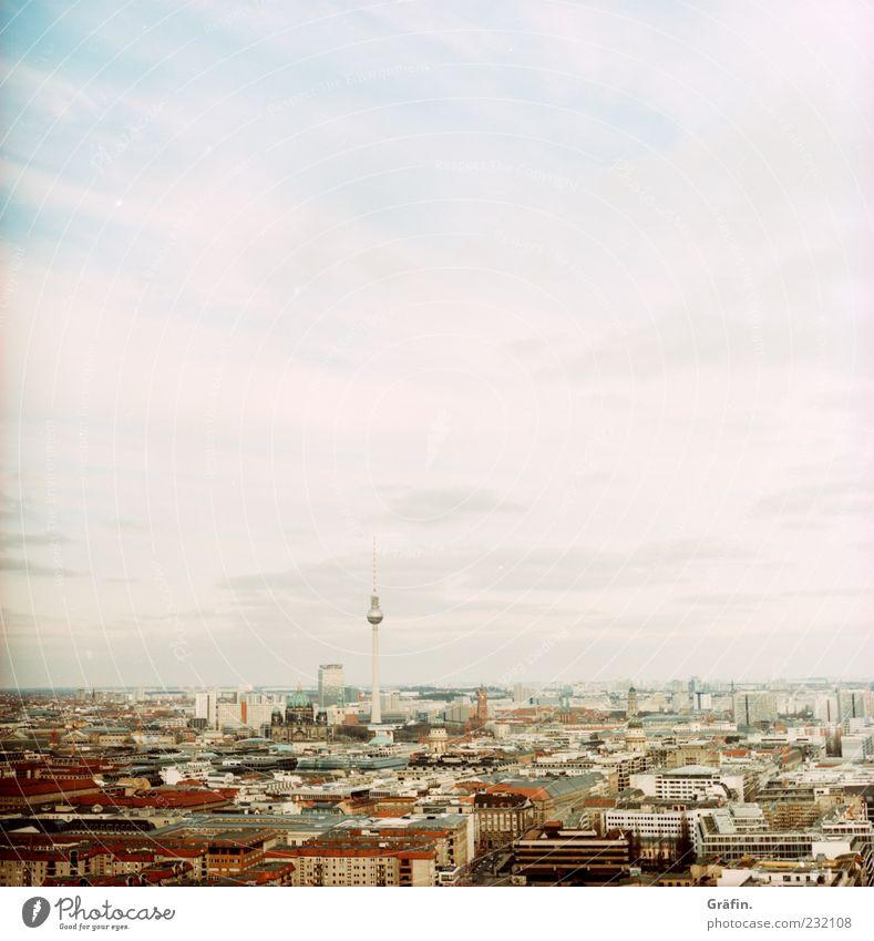 Der Blick zum Horizont Tourismus Berlin Hauptstadt Stadtzentrum Skyline Haus Berliner Fernsehturm Ferne Unendlichkeit grau weiß Heimweh Aussicht Himmel Farbfoto