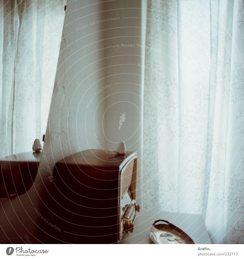 Zimmer alt weiß Fenster braun Innenarchitektur Dekoration & Verzierung Wandel & Veränderung retro Kitsch Spiegel Radiogerät Nostalgie Gardine Krimskrams Technik & Technologie