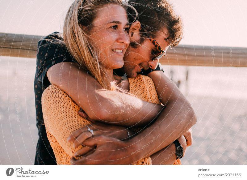 Junges erwachsenes Paar, das sich umarmt. Lifestyle Glück schön Sommer Strand Frau Erwachsene Mann Familie & Verwandtschaft Lächeln Liebe Umarmen Fröhlichkeit