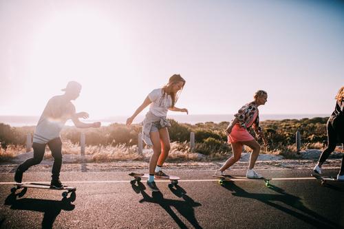 Gruppe von Hipster-Freunden, die im Sommer unterwegs sind. Lifestyle Freude Glück Freizeit & Hobby Ferien & Urlaub & Reisen Sonnenbad Strand Meer Frau