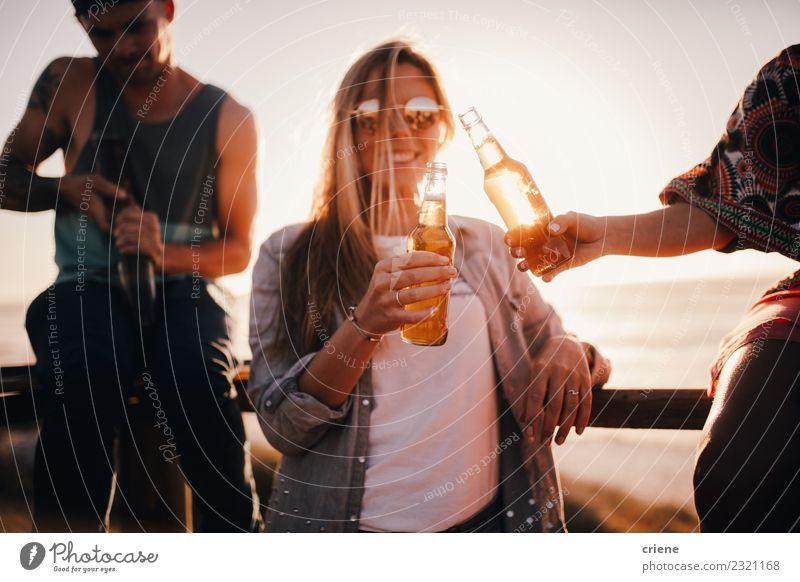 Freunde, die bei einer Outdoor-Party im Sommer mit Bier jubeln. Getränk trinken Alkohol Freude Glück Freizeit & Hobby Ferien & Urlaub & Reisen Freiheit Strand