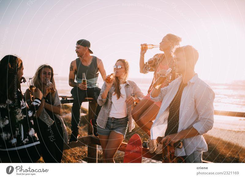 Gruppe junger erwachsener Freunde, die auf der Strandparty Bier trinken. Getränk Alkohol Freude Glück Freizeit & Hobby Ferien & Urlaub & Reisen Freiheit Sommer