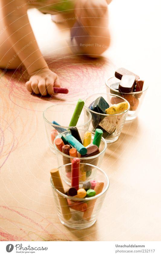 Kleine Malschule Mensch Kind Hand Freude Spielen klein Kunst Kindheit Glas Finger lernen Papier einzigartig malen Kreativität Kleinkind
