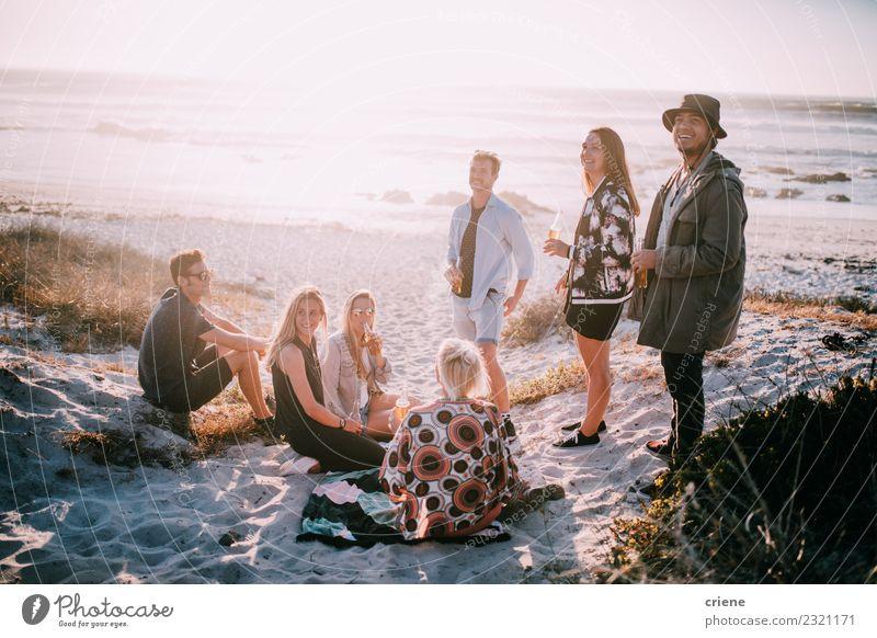Gruppe von Freunden, die im Sommer am Strand herumhängen. Getränk trinken Alkohol Bier Freude Glück Freizeit & Hobby Ferien & Urlaub & Reisen Freiheit Meer
