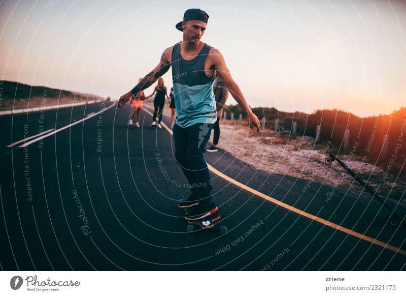 Gruppe von Hipster-Freunden, die auf leerer Straße skaten. Lifestyle Freude Glück Freizeit & Hobby Abenteuer Freiheit Sport Freundschaft Jugendliche