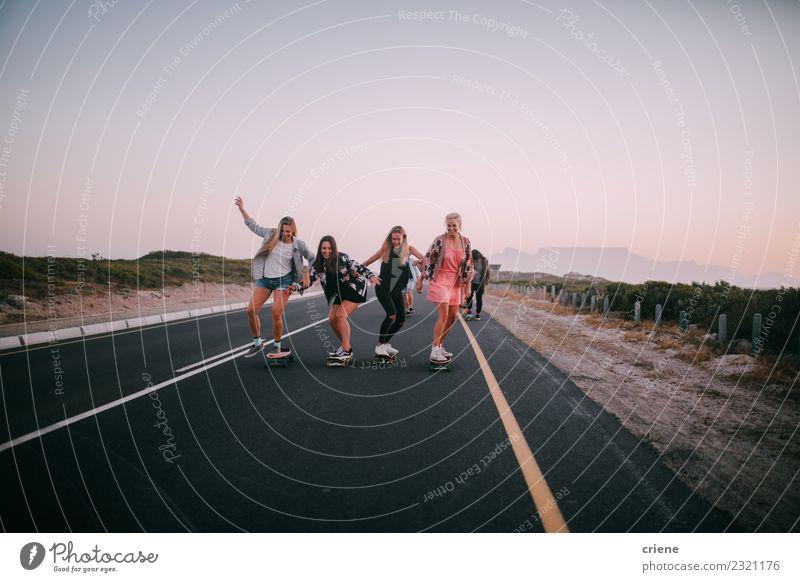Gruppe von glücklichen Freundinnen, die Spaß am Skateboarden haben. Lifestyle Freude Glück Freizeit & Hobby Abenteuer Freiheit Sport Freundschaft Jugendliche