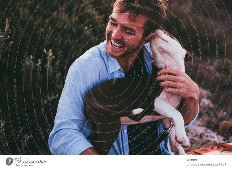 Süßer Welpe leckendes Gesicht eines jungen männlichen Erwachsenen Freude Glück Spielen Sommer Frau Familie & Verwandtschaft Freundschaft Tier Haustier Hund