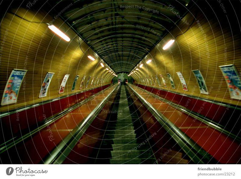 trip to prague Einsamkeit Architektur retro Tunnel U-Bahn Prag Rolltreppe Tunnelblick