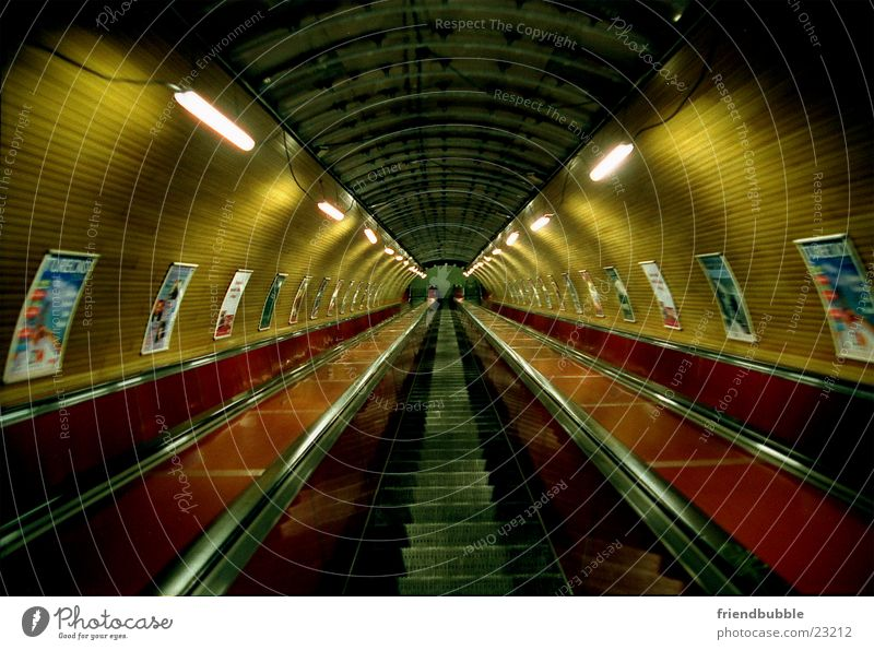 trip to prague U-Bahn Rolltreppe Prag Einsamkeit Tunnel Tunnelblick retro Architektur