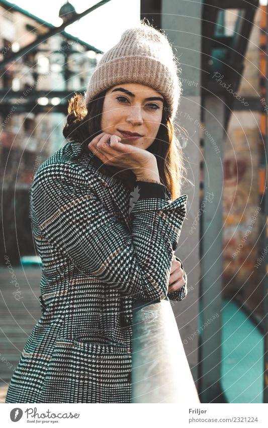 Frostiges Berlin II Lifestyle schön Mensch feminin Junge Frau Jugendliche Erwachsene 1 18-30 Jahre Brücke Mode Bekleidung Mantel Mütze brünett langhaarig